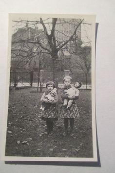 altes Foto 8,5 x 5,5 cm Kinder Spielzeug Puppe vor Hausser Werk Neustadt Coburg…