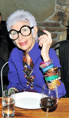 Style & Design Icon: Iris Apfel… Iris Apfel (born August is an American businesswoman, interior designer, and fashion icon. 50 Y Fabuloso, How To Have Style, Iris Fashion, Advanced Style, Ageless Beauty, When I Grow Up, Aging Gracefully, Old Women, Get Dressed