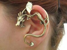 Drachen-Ohr-Manschette mit Glühen in den dunklen Flügeln