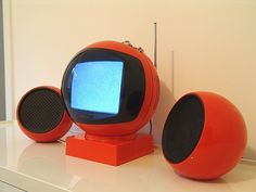Orange JVC Nivico Ball TV Videosphere 3240 with a pair of Orange SBR (Belgium) Ball speaker This Videosphere not need and does not use external speakers but these two orange make it so well with . for the picture . Retro Design, Modern Design, 70s Decor, Vintage Television, Helmet Design, Futuristic Design, Vintage Tv, Space Age, Old Tv