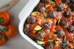Lekkere ovenschotel met spaghetti, gehaktballetjes, groente en een romige saus. Dé ovenschotel die iedereen lust! Oven Dishes, Food Blogs, Pasta Recipes, Italian Recipes, Broccoli, Food And Drink, Healthy Eating, Beef, Spaghetti