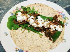 Wrap met zelfgemaakte rode pesto, geitenkaas en spinazie