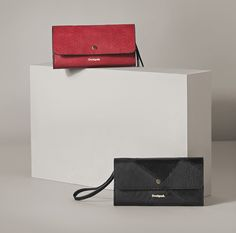 Red or black? Reversible wallet, that's black on one side and red on the other! Find your perfect Desigual accessories and stay always in stylish! Discover Desigual new arrivals! Zip Wallet, Pouch, Card Case, Finding Yourself, Satchel, Shoulder Bag, Tote Bag, Stylish, Red