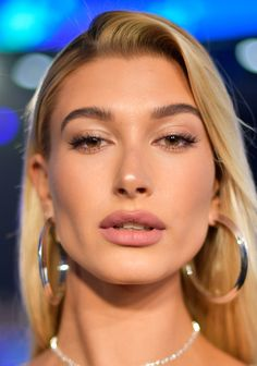 Hailey Bieber Pink Lipstick - Hailey Baldwin sported a sexy pink pout at the 2017 MTV VMAs. Real Beauty, Beauty Makeup, Hair Makeup, Hair Beauty, Estilo Hailey Baldwin, Hailey Baldwin Style, Haley Baldwin, Red Carpet Makeup, Red Carpet Hair
