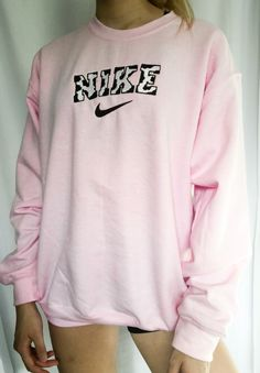 Teen Fashion Outfits, Retro Outfits, Trendy Outfits, Girly Outfits, Vintage Crewneck Sweatshirt, Sweatshirt Outfit, Graphic Sweatshirt, Crew Neck Sweatshirt, Nike Clothes