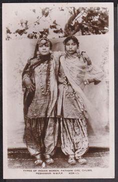 Here are some fascinating photos of Vintage Indian Glamour You will see women donning sarees in different fashions, including the Mahara. Vintage India, Jaisalmer, Udaipur, Indian Arts And Crafts, Vintage Bollywood, Vintage Pictures, Rare Pictures, Orient, Varanasi