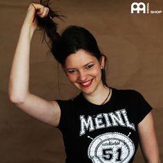 The MEINL College Logo Shirt is the secret star for your style and should not be missing in any wardrobe. Mit Aurora Steffens #meinlshop #meinl #meinlfamily #musicislife #musicisourpassion #meinlcymbals #aurorasteffens #instafashion #fashion #klamotten #instastyle #shirt #meinlcollege #college