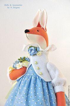 Купить или заказать Душечка. Лиса, лисичка, игрушка лиса в голубом в интернет-магазине на Ярмарке Мастеров. Душечка - романтичная лисичка, в васильковом платье, с роскошным букетом. Лисичка ростом 46 см вместе с ушками, сшита из плотного хлопка, наполнена холлофайбером. Её очаровательное платье - из заграничного хлопка последней весенней коллекции, батистовые панталоны и нижняя юбка оторочены тоненьким бельгийским кружевом, нежный шерстяной жакет украшают перламутровые пуговки и цветочная…