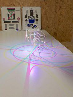 Dennis Parren over zijn CMYK lamp: 'Eigenlijk kun je niet zeggen 'de stoel is rood'. Want in feite weerkaatst de stoel rood licht en worden groen en blauw licht geabsorbeerd. Deze CMYK Lamp speelt met het mysterie van licht en kleur en projecteert een ongrijpbaar lijnenspel van cyaan, magenta en geel op het plafond. Ontworpen om niet te begrijpen, maar om te laten zien dat licht de enige rechtmatige eigenaar van kleur is.' Hoe dan ook: een intrigerend concept, waar nog heel veel mee mogelijk…