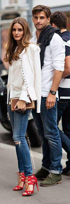 A atriz Olivia Palermo é referência no mundo da moda. Na foto, ela arrasa com o contraste entre o básico da roupa e o fashion da sandália vermelha/coral.