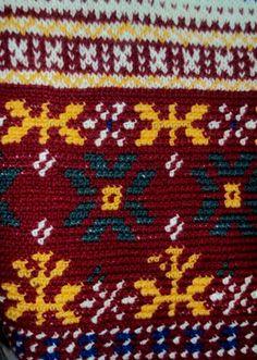 Kukka-kuvioisen paidan helma Crochet Clothes, Finland, Crocheting, Knit Crochet, Knitting Patterns, Helmet, Traditional, Weaving, Tejidos
