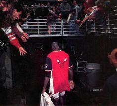 Michael Jordan rendelkezik a legnagyobb rajongótáborral a világon. Basketball Goals, Basketball Legends, Love And Basketball, Basketball Players, Chigago Bulls, Michael Jordan Photos, Jeffrey Jordan, Jersey Fashion, Jordan Bulls