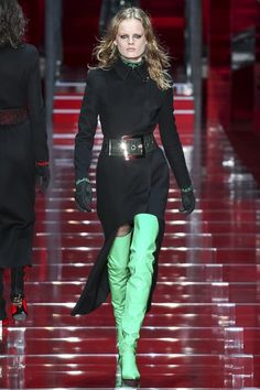 Versace Fall 2015 Ready-to-Wear Collection Photos - Vogue Versace Fashion, Runway Fashion, Fashion Show, Fashion Design, Milan Fashion, Girls Party Wear, Party Wear Dresses, Vogue, Fall Winter Outfits