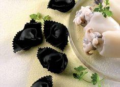 Tortelloni al nero di seppia Pasta Art, Black Food, Tortellini, Dumplings, Gnocchi, Panna Cotta, Nom Nom, Food Photography, Plates