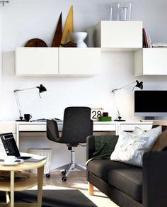 des étagères murales cube au-dessus du bureau blanc à la maison