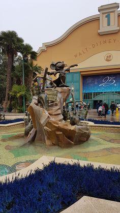 Place des Frères Lumière - Front Lot - Walt Disney Studios #disneylandparis '17 Disneyland Paris, Disney Parks, Walt Disney World, Disney Vacations, Mount Rushmore, The Good Place, Studios, Earth, Pop