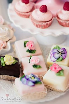 ♥ amazing dainties pastry decorated with roses sweet peas and pansies ♥