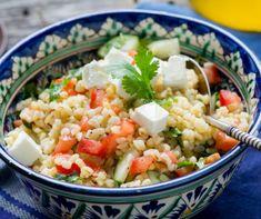 Ha te is unod a szokásos krumpli- és rizsköretet a frissen sültek mellé, de a zöldsalátákkal nem laksz jól, most figyelj! Mutatunk 9 salátát, ami laktató, nem unalmas, és nagyon finom. Érdemes mindent kipróbálni! Queso Feta, Bulgur Salad, Penne, Pasta Salad, Quinoa, Potato Salad, Veggies, Food And Drink, Lunch