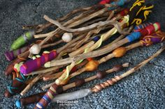 Make your own Magic Wands! ~ These turned out great--Not your generic magic wands! Diy Toys And Games, Harry Potter Diy, Craft Party, Magick, Make Your Own, Magic Wands, English, Halloween, Harry Potter Theme