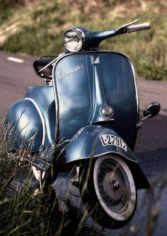 Le charme de la campagne allié à celui d'un #Vespa #150S vintage et raffiné