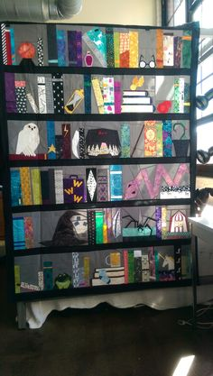 Bookshelf Of Harry Blanket Youth 56 x Harry Potter Quilt, Harry Potter Love, Quilting Projects, Quilting Designs, Sewing Projects, Halloween Quilts, Quilt Square Patterns, Square Quilt, Book Quilt