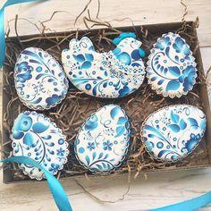 221 отметок «Нравится», 4 комментариев — Tatiana. Неслучайное Печенье (@tatiana_hrom) в Instagram: «#Классика и #традиции . Набор пасхальных пряников #гжель ( аналогичный ещё будет Золотая Хохлома ,…» Fancy Cookies, Iced Cookies, Easter Cookies, Sugar Cookies, Christmas Cookies, Cookie Crumbs, Easter Party, Cookie Decorating, Food Art