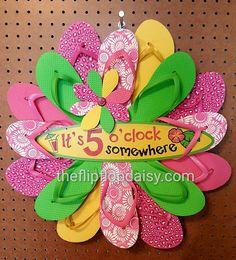www.theflipflopdaisy.com Wreath Crafts, Diy Wreath, Wreath Ideas, Cute Crafts, Crafts To Do, Diy Crafts, Christmas Mesh Wreaths, Deco Mesh Wreaths, Flip Flop Art