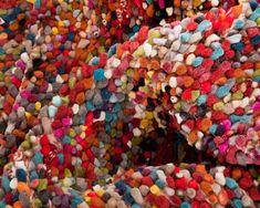 Tapis en laine de feutre coupé multicolore Aryan. Un arc-en-ciel prend vie avec chaleur et passion sur notre Aryan. Composé à 100 % de laine, ce tapis en feutre tissé à la main a vraiment quelque chose de spécial. Vous cherchez un tapis qui soit à la fois rustique, charmant et sophistiqué ? Alors, ne cherchez pas plus loin, l'Aryan, chaud et convivial, vous conviendra où que vous le placiez. #sukhi #laine #feutre #multicolore #arcenciel