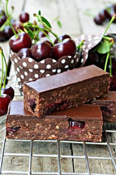 Meggyes sport szelet sütés nélkül - Rupáner-konyha Super Healthy Recipes, Sweet Recipes, Cake Recipes, Dessert Recipes, Desserts, Vegan Lunch Box, Yummy Food, Tasty, Hungarian Recipes