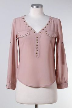 I like the studs. They make me feel all tough. Stylish Tops, Trendy Tops, Blouse Styles, Blouse Designs, Modelos Fashion, Fifties Fashion, Casual Outfits, Fashion Outfits, Trendy Fashion