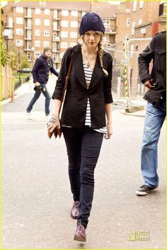 Taylor Swift: Portobello Pit Stop   taylor swift antiques 05 - Photo