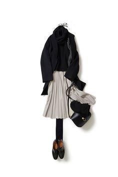 """kk-closet   2015-11-26 オフ白のスカートが気分 スカートを履いて女らしく着たい今日は""""オフ白のプリーツスカートとメガネ""""が気分。 定番のざっくりとしたニットにコクーンシルエットのコート…オール黒で合わせて、スカートが映えるように着ました。 オフホワイトの色味も、長めの丈もプリーツも、女らしい気持ちを後押ししてくれます。"""