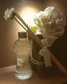 Difusor de Ambiente em vidro de 220ml, decorado com fita de gorgurão bege e detalhe em flor de rococó bege . Acompanha 5 varetas simples e uma vareta com detalhe em rosa marfim. Essências disponíveis: Lavanda provence Cheirinho de bebê Cravo e canela Alecrim Chá branco. Após a ap...