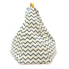 Saccosäck Marrakech ZigZag Blå. En snygg saccosäck för barn. Saccosäcken är utmärkt för bokläsning eller för avkoppling. En fin inredningsdetalj som passar lika bra i barnrummet som i vardagsrummet. Fakta Saccosäck Marrakech passar barn upptill 6 år. Storleksmått 54 x 60 x 64 cm. Finns flera färger. Torkas av med våt trasa.
