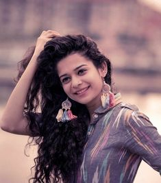 Mithila Palkar shot to fame after her cup song video went viral. Here are some photos of Mithila Palkar, be ready to give away you heart. Girl Photo Poses, Girl Photography Poses, Girl Poses, Birthday Photography, Nature Photography, Fashion Photography, Stylish Girls Photos, Stylish Girl Pic, Mithila Palkar