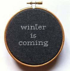Bastidor decorativo bordado Winter is coming por Gluckhandmade