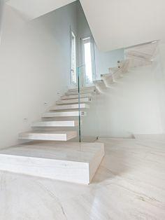 Scala a sbalzo, scala in Travertino Bianco, idee per scala moderna, idee per scala a sbalzo, scala in pietra naturale, pavimento in pietra, pavimento in Travertino, Scala a sbalzo in pietra.