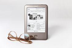 Am gestrigen Freitag hat eine Allianz aus Telekom, Thalia, Weltbild/Hugendubel und Bertelsmann ihre Kindle-Paperwhite-Alternative Tolino Shine vorgestellt. Den technischen Daten nach kann es der beleuchtete eReader durchaus mit dem Kindle Paperwhite, dem Bookeen HD FrontLight und dem Kobo Glo aufnehmen. Mit seinem Kaufpreis von 99 Euro (ab 7. März) ist der Tolino Shine sogar noch einmal 30 Euro günstiger als die bisher auf dem Markt verfügbaren eReader mit Hintergrundbeleuchtung. (c) Telekom