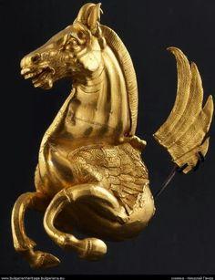 Pégase - Protomé d'un rhyton en or - La corne du rhyton est manquante; sur le protomé, le Pégase ailé est représenté galopant, avec une grande corne entre ses oreilles - Vers 339 avant notre ère - Village de Vazovo, district de Razgrad, Bulgarie