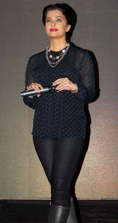 Jav I Aishwarya Rai Bachchan promotes at Mithibai college festival. Bollywood Actress Hot Photos, Indian Bollywood Actress, Beautiful Bollywood Actress, Bollywood Celebrities, Indian Actresses, Bollywood Fashion, Aishwarya Rai Cannes, Aishwarya Rai Photo, Actress Aishwarya Rai