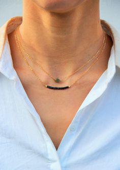 Articles similaires à Collier Gemstone bar perles de Spinelle noir   chaîne  en laiton brut - bijou doré, fin, ethnique chic, cadeau personnalisable by  Myo ... 66a3e65c44e2