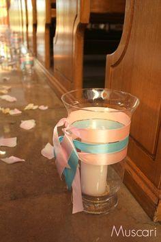 szklane lampiony i świece w kościele