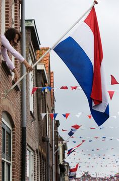 Op 5 mei vieren we Bevrijdingsdag. May Liberation Day Holland Flags Of The World, Places Around The World, Around The Worlds, Leiden, Rotterdam, Holland, Liberation Day, Dutch Netherlands, Red Light District