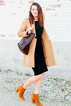 Street style look com vestido tubinho preto com sobretudo e bota bege