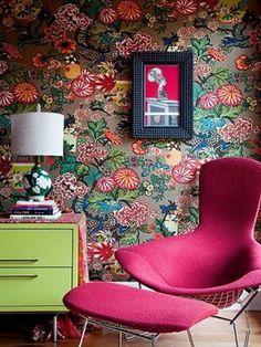 bold wallpaper and vibrant furnishings Style At Home, Estilo Kitsch, Interior Inspiration, Design Inspiration, Design Ideas, Furniture Inspiration, Room Inspiration, Bold Wallpaper, Amazing Wallpaper