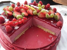 French recipe - bavarois aux fruits rouges - not so healthy but delicious Best Dessert Recipes, Fun Desserts, Delicious Desserts, Cake Recipes, Yummy Food, Chocolate Fruit Cake, Pastry Cook, Desserts With Biscuits, Dessert Aux Fruits