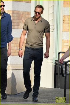 Look de Alexander Skarsgård: Camisa polo verde oliva, Vaqueros negros, Zapatos derby de cuero negros, Correa de cuero tejida negra Smart Casual Wear, Casual Wear For Men, Casual Suit, Alexander Skarsgard, Modern Outfits, Trendy Outfits, Zapatillas Slip On, Polo Shirt Outfits, Fashion News