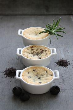 Buttrige Parmesan-Cookies mit Rosmarin, Mohn und schwarzen Oliven in Auflaufförmchen