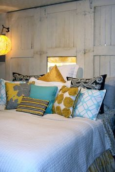 Love this example of using different pattern, texture, and color combinations together. #decorating