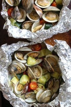 Grilled little neck clams cooked in foil packets with zucchini and tomatoes in a garlic white wine sauce, so fast and easy, perfect to make all summer long! Grilled Clams in Foil Laura Correia lcintherwc whole 30 ish Grilled little neck clams cooke Clam Recipes, Ww Recipes, Seafood Recipes, Cooking Recipes, Healthy Recipes, Skinnytaste Recipes, Cooking Time, Asian Recipes, Seafood
